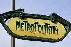 Muestra amarilla clásica del metro de París fotos de archivo