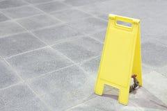 Muestra amarilla en blanco Fotografía de archivo