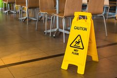 Muestra amarilla esa alarmas para el piso mojado en el restaurante tailandia imagen de archivo libre de regalías
