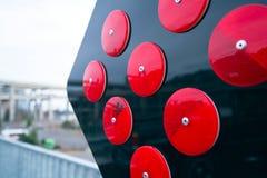 Muestra amonestadora de la flecha del camino con los reflectores rojos Fotos de archivo libres de regalías