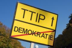Muestra anti del ttip - ninguna muestra del lema del ttip imagenes de archivo