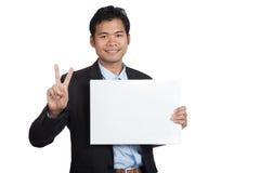Muestra asiática de la AUTORIZACIÓN de la demostración del hombre de negocios con la muestra en blanco Fotos de archivo libres de regalías