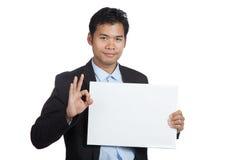 Muestra asiática de la AUTORIZACIÓN de la demostración del hombre de negocios con la muestra en blanco Fotografía de archivo libre de regalías