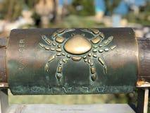 Muestra astrológica del cáncer del metal en desear el puente en la ciudad vieja de Yaffa Israel fotografía de archivo