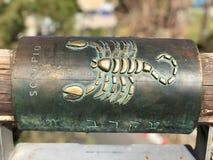 Muestra astrológica del metal del escorpión en desear el puente en la ciudad vieja de Yaffa Israel imagen de archivo