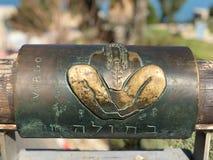 Muestra astrológica del metal del virgo en desear el puente en la ciudad vieja de Yaffa Israel fotos de archivo