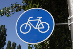 Muestra azul de una pista de la bicicleta en Munich, Alemania, 2015 Fotos de archivo libres de regalías