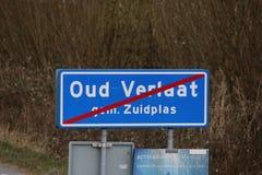 Muestra azul y blanca con la línea roja de marcar el final de la zona urbana en Oud Verlaat en los Países Bajos imagenes de archivo