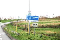 Muestra azul y blanca de marcar el comienzo de la zona urbana en Oud Verlaat en los Países Bajos fotos de archivo