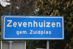Muestra azul y blanca de marcar el comienzo de la zona urbana en Zevenhuizen en los Países Bajos foto de archivo libre de regalías
