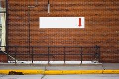 Muestra blanca con la flecha que señala abajo Imágenes de archivo libres de regalías