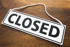 Muestra cerrada de la tienda en fondo de madera Fotografía de archivo