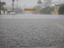 Muestra cerrada del camino en la calle inundada Fotos de archivo libres de regalías