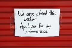 Muestra cerrada en puerta Imagen de archivo libre de regalías