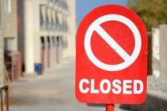 Muestra cerrada roja y blanca en el camino Foto de archivo libre de regalías