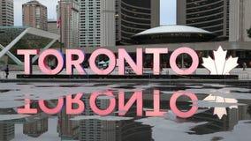 Muestra colorida de Toronto en Nathan Phillips Square en Toronto, Canadá metrajes