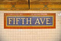 20 05 2016 Muestra colorida del mosaico de las baldosas cerámicas en la estación de metro de Fifth Avenue en Manhattan, Nueva Yor imagen de archivo