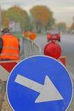 Muestra con la flecha a las obras por carretera Imagen de archivo