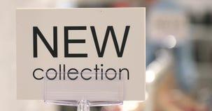Muestra con nuevas palabras de la colección en tienda de la ropa almacen de video