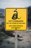 Muestra con una advertencia para las serpientes de cascabel Fotos de archivo libres de regalías