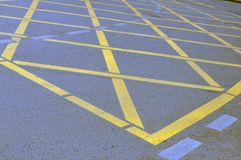 Muestra cruzada amarilla de la zona del aparcamiento de NNo en el camino fotos de archivo