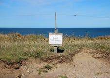 Muestra danesa en el borde de la advertencia del acantilado de la erosión Foto de archivo