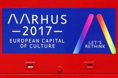 Muestra de Aarhus 2017 en un autobús que anuncia la capital europea de Aarhus de la cultura en 2017 Foto de archivo