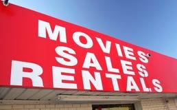 Muestra de alquiler de la película en colmado Foto de archivo