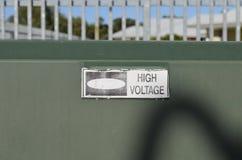 Muestra de alto voltaje descolorada en la caja verde Imagen de archivo libre de regalías