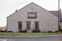 Muestra de BB&T en el edificio de banco con la atmósfera e impulsión a través de carriles Fachada del banco de BB&T con la atmósf Imágenes de archivo libres de regalías