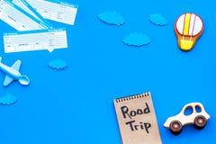 Muestra de billete de avión El viajar con la familia y el niño Viaje por carretera en mofa azul de la opinión superior del fondo  imagenes de archivo
