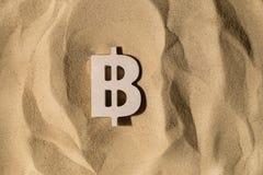 Muestra de Bitcoin en la arena foto de archivo