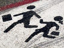 Muestra de calle - el cruzar de los niños Foto de archivo libre de regalías