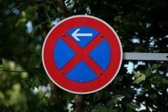 Muestra de camino ningún estacionamiento Foto de archivo libre de regalías