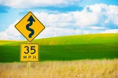 Muestra de carretera con curvas correcta Foto de archivo libre de regalías