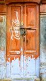 Muestra de Coca-Cola del vintage en una puerta Fotos de archivo