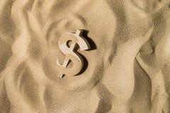 Muestra de dólar en la arena fotos de archivo
