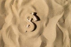 Muestra de dólar en la arena foto de archivo libre de regalías