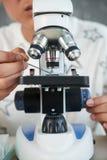 Muestra de examen con el microscopio moderno Imagen de archivo libre de regalías