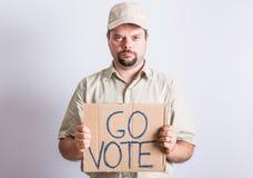 Muestra de Holding Go Vote del conductor de camión Imágenes de archivo libres de regalías