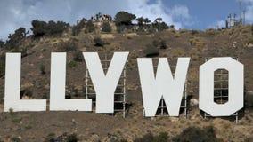 Muestra de Hollywood en un cielo azul almacen de metraje de vídeo