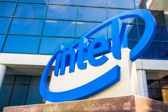 Muestra de Intel situada delante de la entrada a las oficinas y al museo situados en Silicon Valley foto de archivo