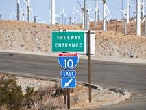 Muestra de la autopista sin peaje del desierto de Palm Spring con los molinoes de viento Fotos de archivo libres de regalías