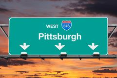 Muestra de la autopista sin peaje de la ruta 376 de Pittsburgh Pennsylvania con el cielo de la puesta del sol Fotografía de archivo libre de regalías