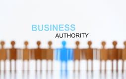 Muestra de la autoridad del negocio sobre la línea de figuras humanas del juguete ilustración del vector