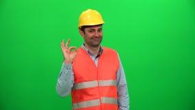 Muestra de la autorización del gesto de mano del trabajador del hombre del ingeniero almacen de metraje de vídeo