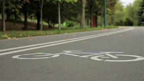 Muestra de la bicicleta en el camino Otoño Ciérrese para arriba, tiro de enfoque del resbalador almacen de metraje de vídeo