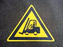 Muestra de la carretilla elevadora en el asfalto Imagen de archivo