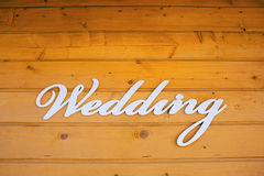 Muestra de la ceremonia de boda en la pared de una casa de madera Imagen de archivo libre de regalías