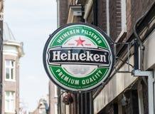Muestra de la cerveza de Heineken en una calle de Amsterdam fotografía de archivo libre de regalías